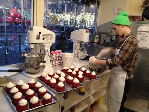 WE VISIT MAGNOLIA BAKERY NEW YORK CITY AND WATCH CUPCAKES BEING MADE & FROSTED @ ROCKEFELLER CENTER