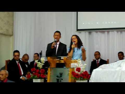 Juninho e Vanessa cantando