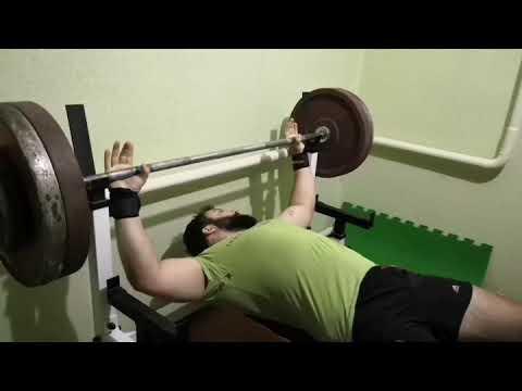 Жим лёжа 130 кг на 9 повторений.