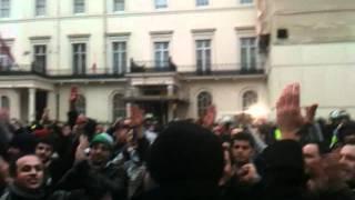 لعن روح العائلة القذرة أمام السفارة السورية في لندن