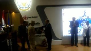 البطل الفريق مهاب  مميش يكرم البطل كامل الوزير