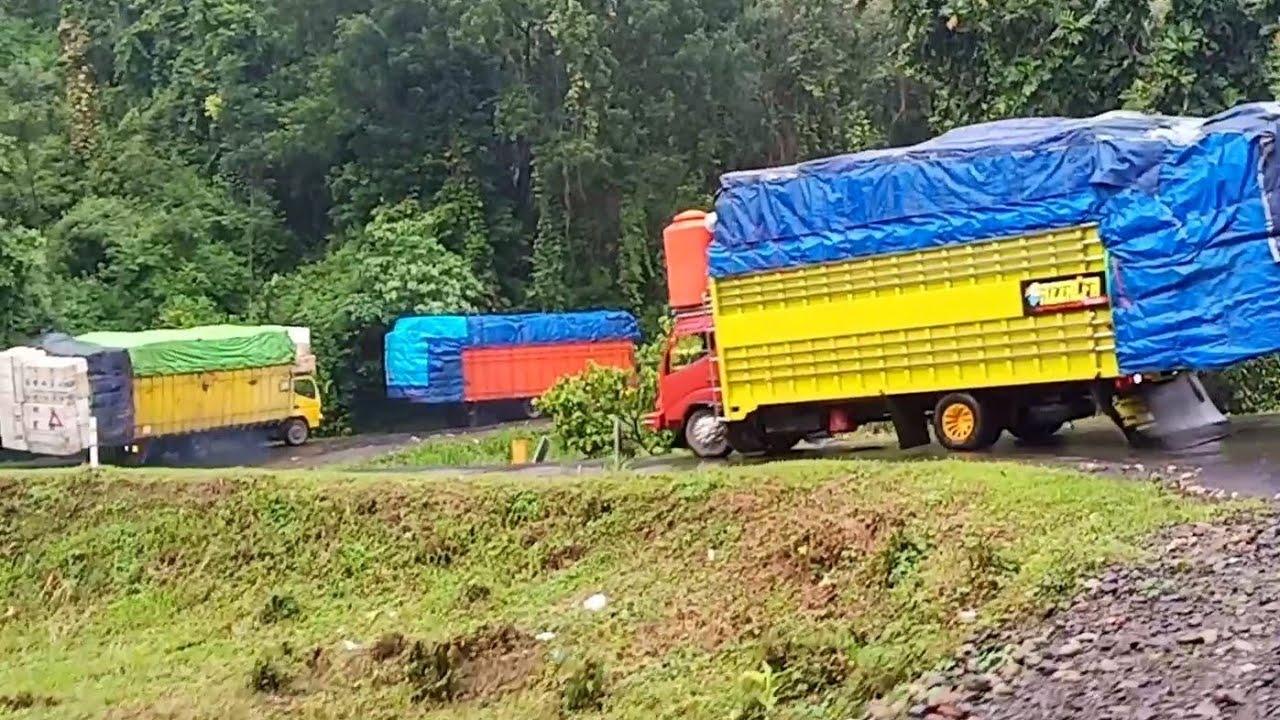 Jalan beriringan dijalur sempit saat hujan Deras||Expedisi Makassar Kendari..