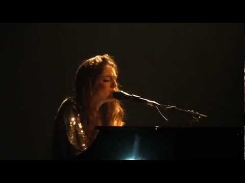 Birdy sings 'Shelter' in Brisbane Australia - Ear Plugs?