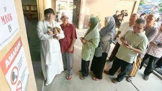 Azwan 'Diva AA' Ali casts his vote