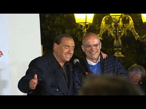 """Governo, Berlusconi scherza su M5s: """"Mi verrebbe voglia di mandarli affanc..."""""""