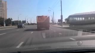 грузовик летом посыпает улицы песком