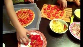 Детская кухня! Вместе с куклами Беби Бон готовим пиццу! Видео для детей. Baby Borns cook.0+(Видео для детей. Детская кухня! В этом видео мы сами будим учиться и будем учить наших кукол Беби Бон Лизу..., 2015-10-18T20:08:13.000Z)
