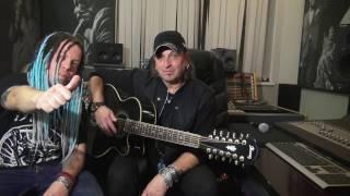 Артур Беркут показывает песню на гитаре