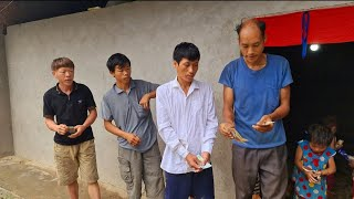 4 hộ trên Cán Lủng nhận quà anh Mạc. Nguyễn Tất Thắng