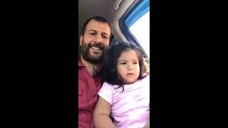 Kemale Amed kızına şarkı söylüyor