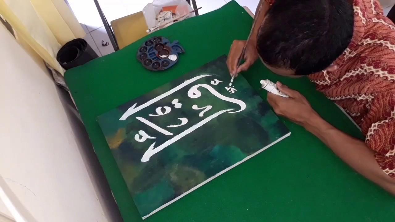 Melukis Kaligrafi Di Atas Kanvas Menggunakan Cat Minyak