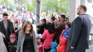 День знаний в школе №4. Выпускники провожают первоклашек. 01.09.2015