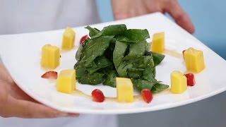 Салат из шпината, клубники и манго
