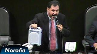 Intentan silenciar a Fernández Noroña y le apagan el micrófono. Él saca una bocina - [2011]