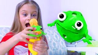 В гостях у Ярославы - разворачиваем игрушку - Лягушку Лизуна, кролика и пушистика