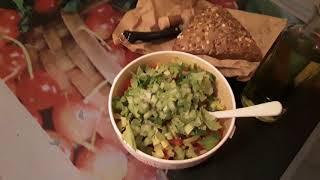 Овощной салат с авокадо , болгарским перцем и помидором. Готовлю в экстремальных условиях.ужас...