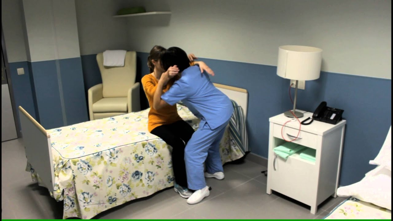 Pasar a una persona con alzh imer de sentado en la cama a for Sofa cama para una persona