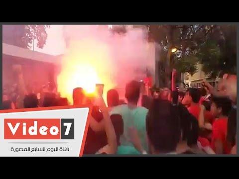اليوم السابع : جماهير الأهلى تشعل الشماريخ أمام النادى: