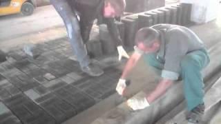 Быстрая укладка тротуарной плитки(Профессионалы укладывают тротуарную плитку! Видео из Волгограда. А Вам слабо? - http://volgtrotuar.ru., 2011-04-19T13:50:16.000Z)