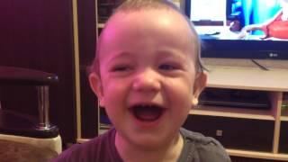 Ребенок плачет и смеётся