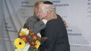Holocaust survivor finally meets man who saved him from the Nazis Mp3
