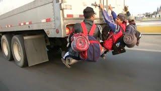 شاهد: آلاف المكسيكيين يتشبثون بالشاحنات على أمل الوصول إلى الحدود الأميركية…