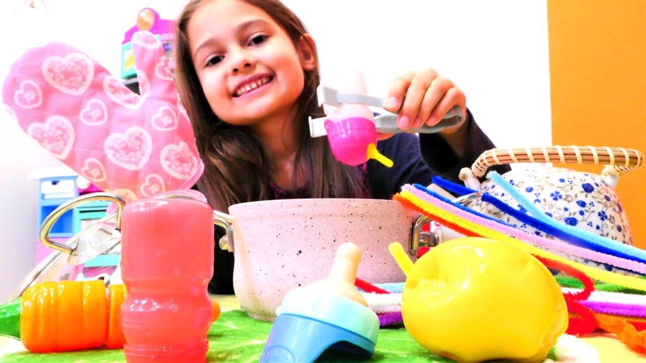 Selín prepara la comida para su Baby Born. Rutina de mamá. Videos de juguetes para niñas.