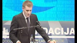 Premijer Igor Luksic urucuje Atlas stipendiju najboljem studentu Milosu Popovicu