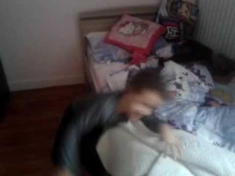 une fille de 8 ans se bagarre avec une enfant youtube. Black Bedroom Furniture Sets. Home Design Ideas