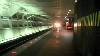 HD-WMATA 2 trains on Same side of Farragut North