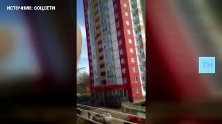 В Набережных Челнах очевидцы сняли на видео попытку жителя высотки выброситься с балкона