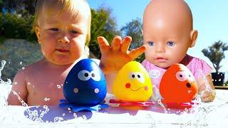 Карл и Беби Бон в бассейне с шариками - Видео для детей Мамина школа