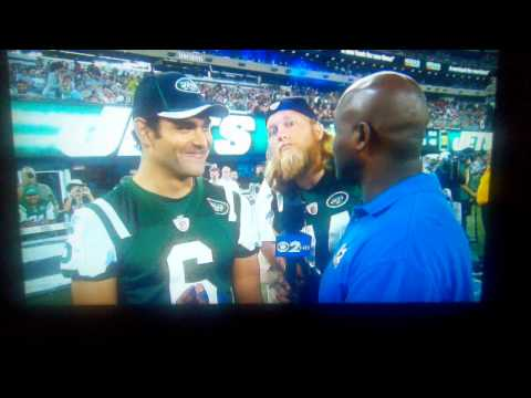 Nick Mangold loves to photobomb Mark Sanchez