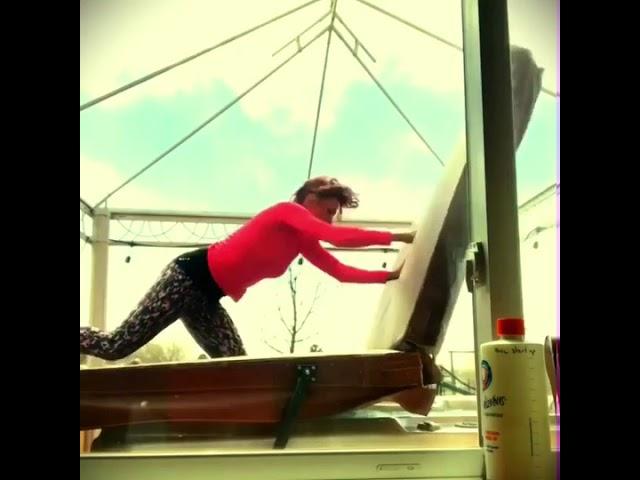 Жена се обидува да покрие џакузи на силен ветар