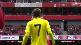 Yassine Benzia backheels the ball into Franco Acosta's face | Lyon 0-2 Villarreal | Emirates Cup