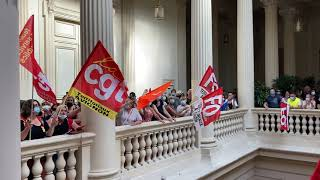 Avignon : plus de 500 agents de la Ville en colère pénètrent dans la mairie