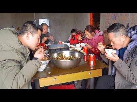 【超小厨】全家出动挖野菜,鸡杂火锅下米饭,4斤折耳根吃光光!待在家里更安逸!