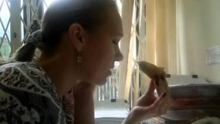 Девушка ооочень вкусно ест мороженое )))))