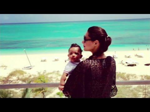 Amelia Vega se relaja con su bebé en la playa