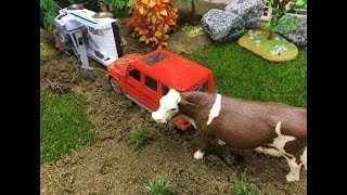Automobile toys!Because the rain car got stuck in the mud!.Kid toy video丨CW Toys TV