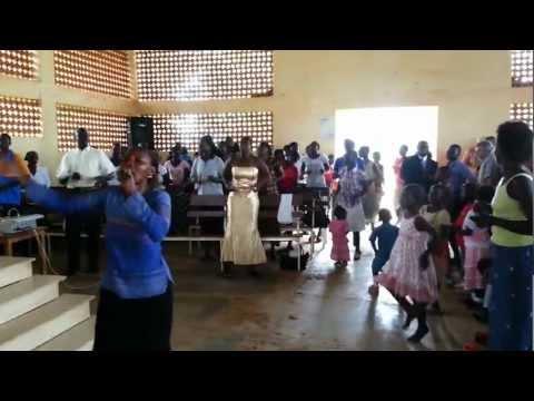 Estilo africano de cantar em Igreja Evangélica - Gulu - Uganda.