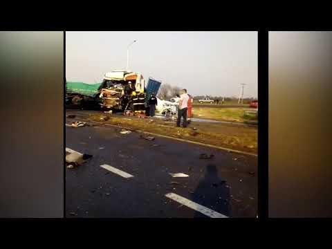 Impresionante choque entre dos camiones: Hay un herido grave.