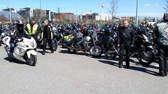 Moottoripyörät valmistautuvat motoristikirkon paraatiin.
