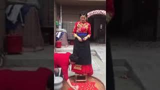 媒婆給新娘咕嚕說一串吉祥話儀式之一     (笑一笑)