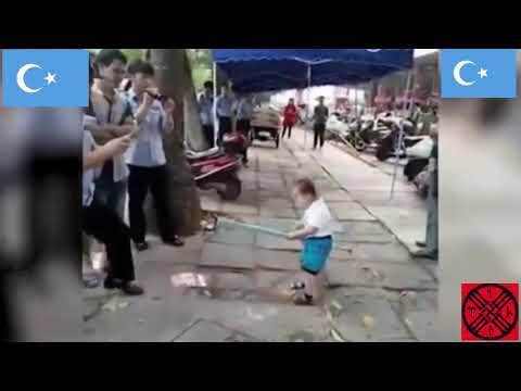 Уйгурский ребёнок против китайской полиции. Восточный Туркестан