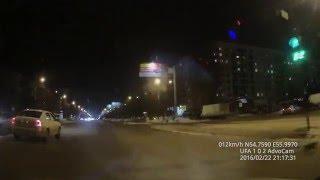 Кот переходит дорогу на зеленый сигнал светофора/cat