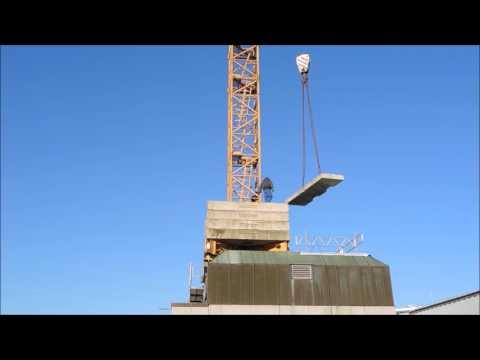 Liebherr Turmdrehkran wird auf das Dach gesetzt Terex AC350 Tag 1
