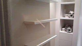 Zwevend schap of plank blind bevestigen aan muur met stalen pennen. Floating shelf attached to wall.