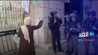 شاهد.. سيدة فلسطينية تواجه جنود الاحتلال بالمسجد الأقصى وتلقنهم درسا في الشجاعة