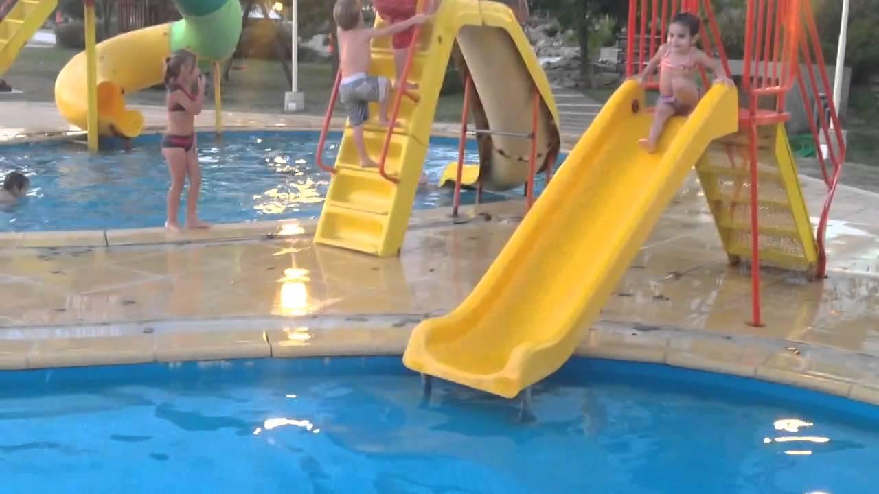 Ni os jugando en pileta en tobogan de agua youtube for Piscina bebe con parasol